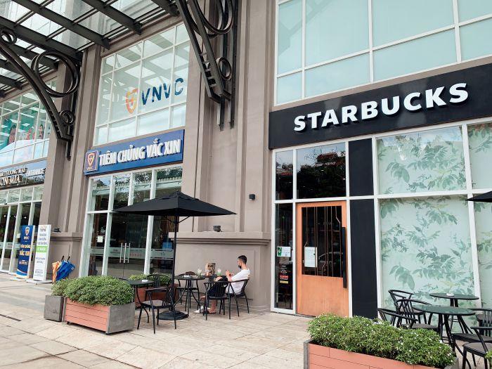 Starbucks, có vị trí ngay sát nối vào của trung tâm thương mại Sài Gòn Mia