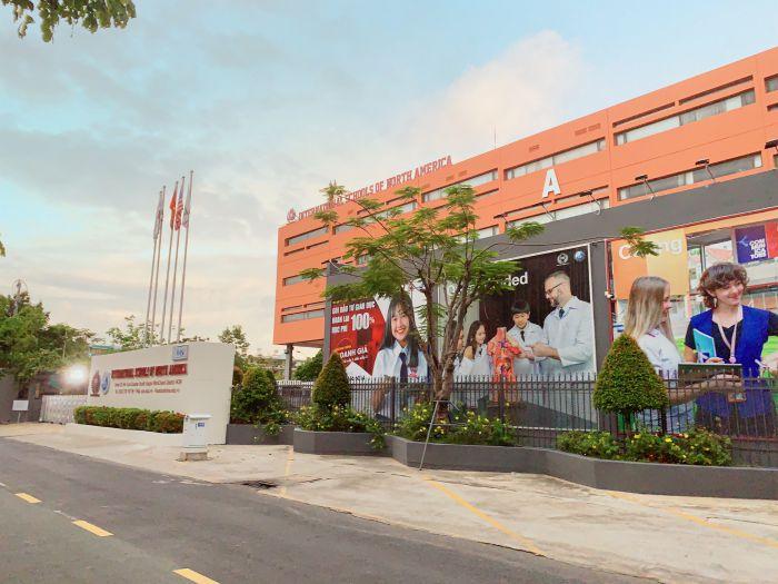 Trường Quốc tế Bắc Mỹ cơ sở Him Lam có vị trí ngay phía sau của chung cư Sài Gòn Mia